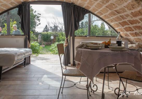 Sala Soggiorno Vista Giardino Tavolo Tovaglia In Lino Casa Vacanze Salento 1
